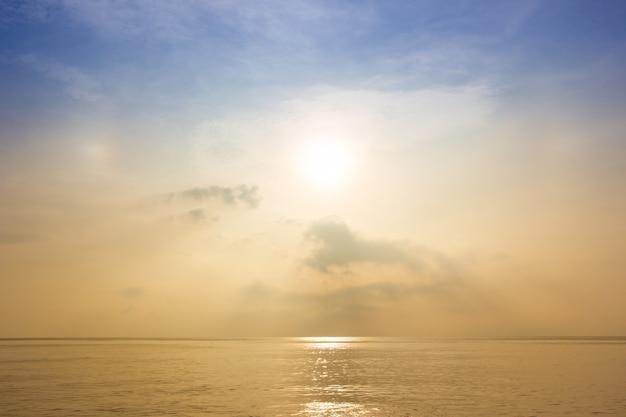 Красивое море и небо во время восхода солнца.