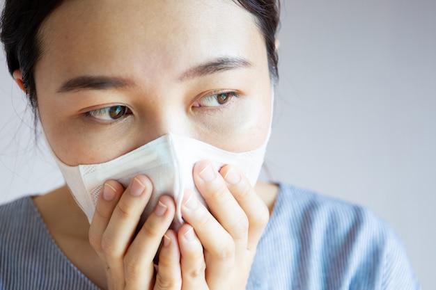Женщина в загрязнении.
