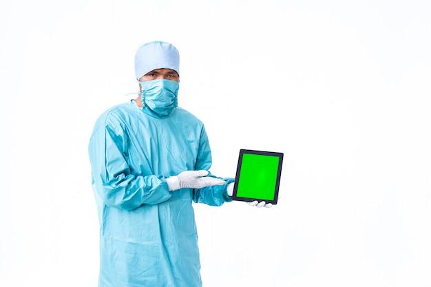 グリーンスクリーンのタブレットを示す医師。