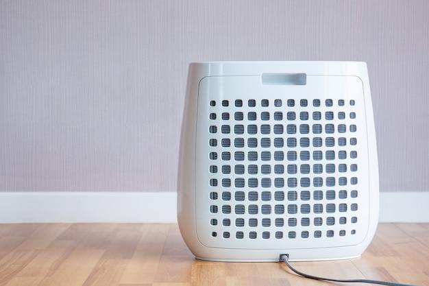 Современный портативный очиститель воздуха в комнате крупным планом.