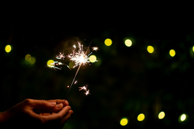 小さな線香花火手花火、クリスマスと新年の祭りで祝います。