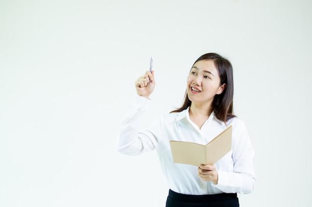 白いシーンに分離されたビジネスアイデアコンセプトで演技するアジアの女性モデル。