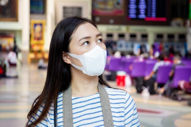 マスクを持つ健康な女性