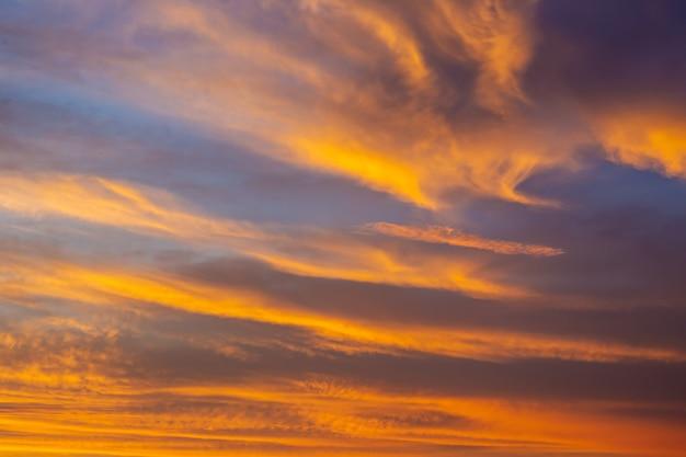 Чудесный цвет в небе во время восхода закройте. небесная сцена с прохладной и теплой цветовой гаммой.