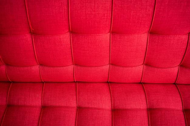 赤い色の標準的なソファをクローズアップ。