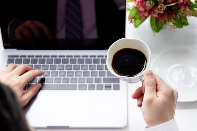 Бизнесмен работает и пить черный кофе в пространстве совместной работы. концепция современного образа жизни.