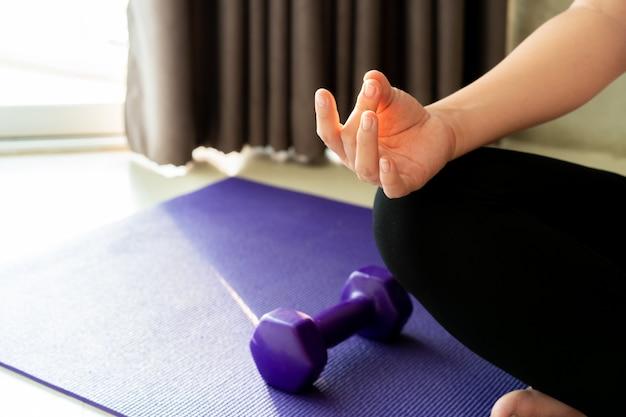 Женщина делает упражнения и йоги.