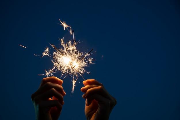 女の子は小さな線香花火手花火で遊んでお楽しみください。