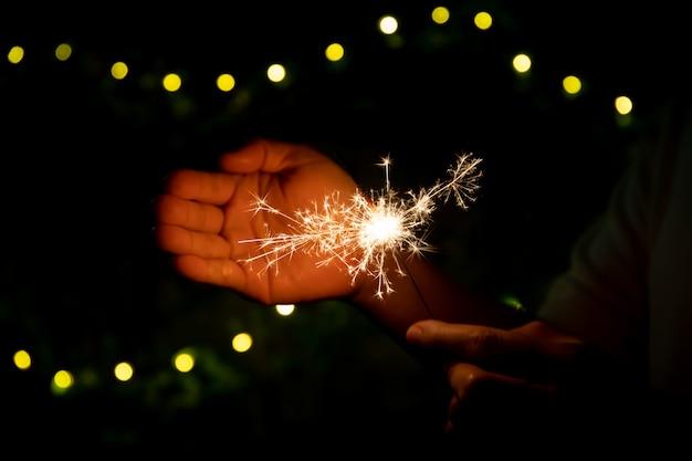 Девушка любит играть с маленьким бенгальским огнем