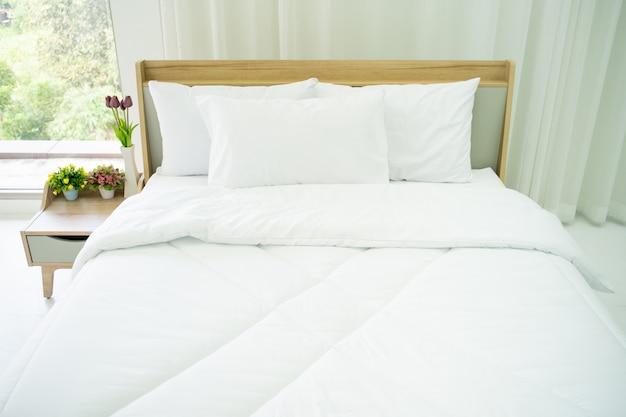 Спальня оформлена в минималистском стиле с естественным освещением