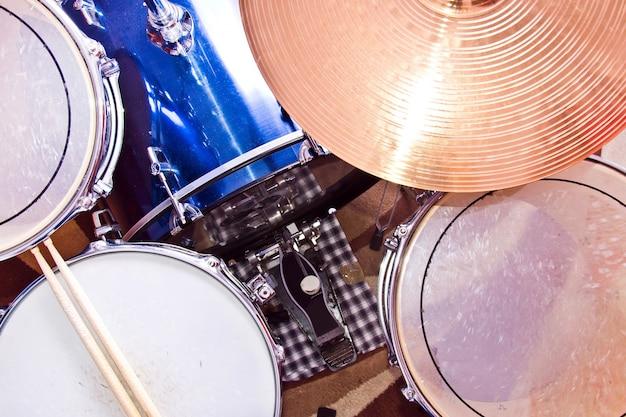 Барабаны и музыка.