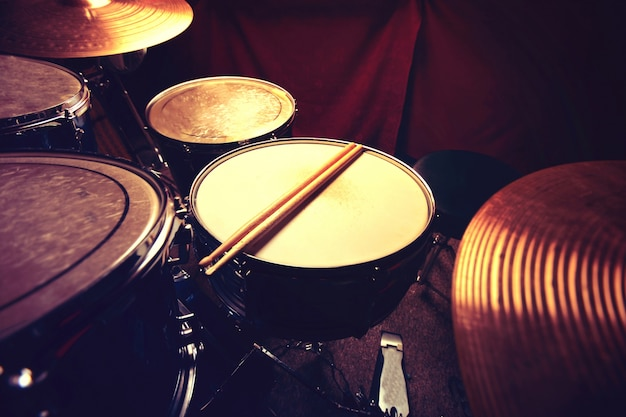 ドラムとドラムスティック。