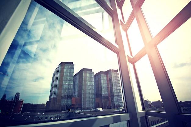 Современные бизнес-небоскребы видны из окна.