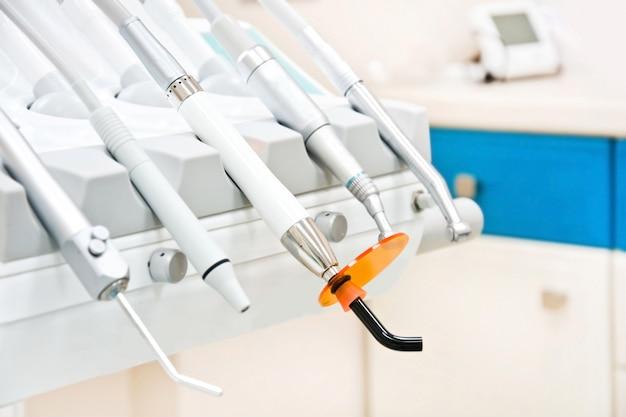 Профессиональные стоматологические инструменты в стоматологическом кабинете.