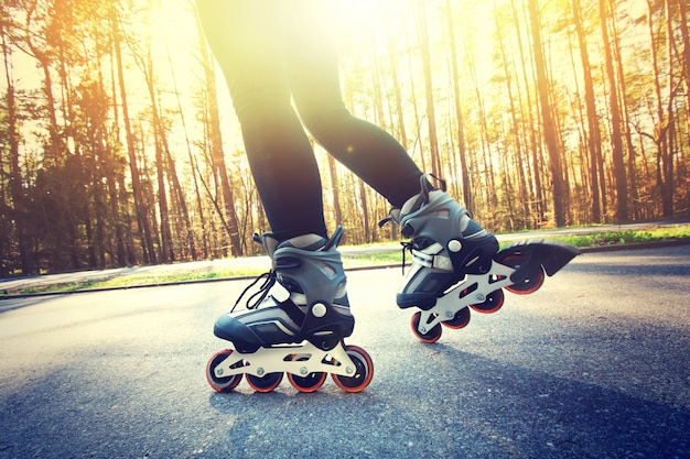 Девочка-подросток на роликовых коньках летом.