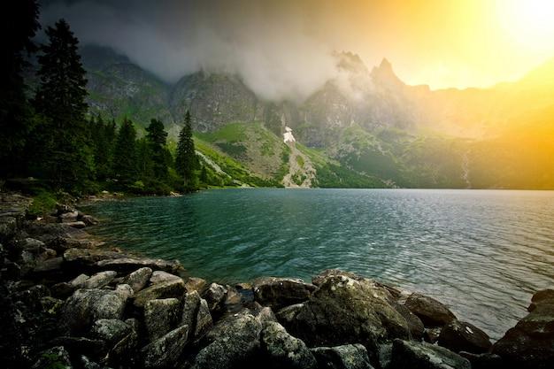 山の中の湖。