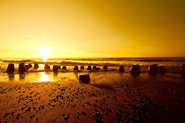 夏の海に金の夕日。
