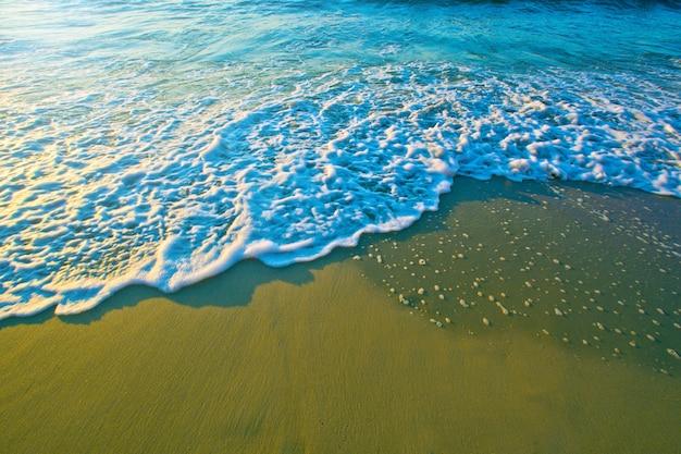 砂の上に青い海の波。