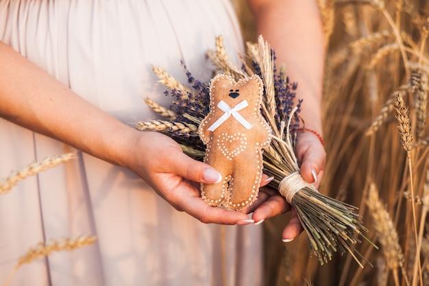 秋の麦畑で妊娠中の腹の写真