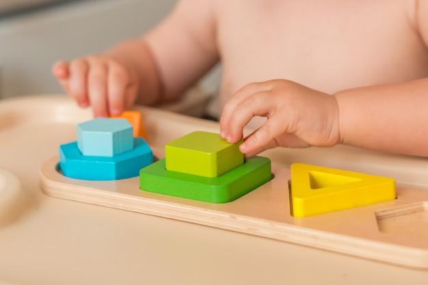 Ребенок дома манипулирует монтессори материалом для изучения