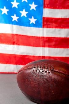 アメリカンフットボールボールと古い栄光の旗