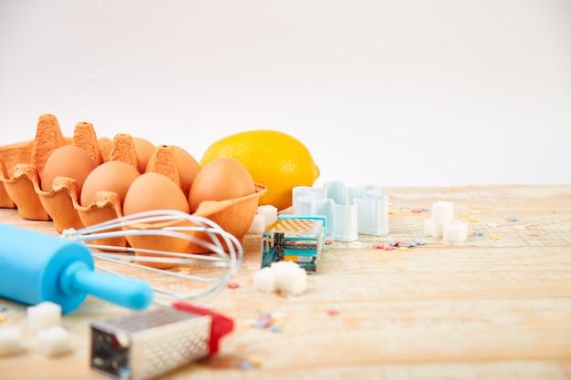 材料を焼くか調理する。パン屋さんのフレーム。デザートの材料と道具。