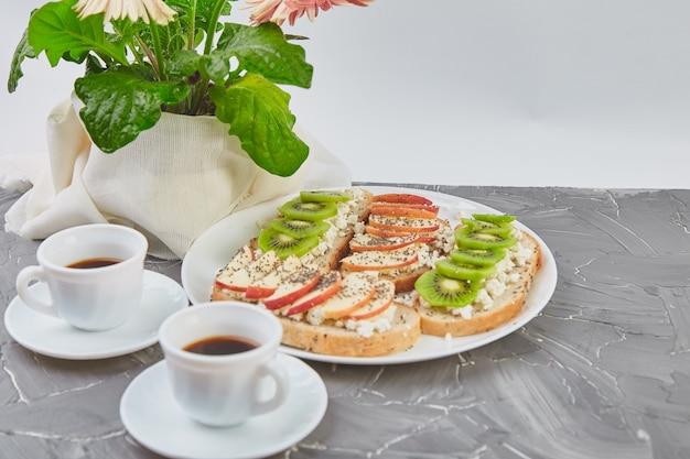 Здоровый завтрак, кофе, букет цветов и тосты