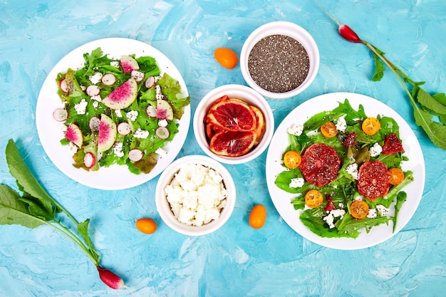 サラダを混ぜます。ビーガン、ベジタリアン、きれいな食事、ダイエット、食べ物。