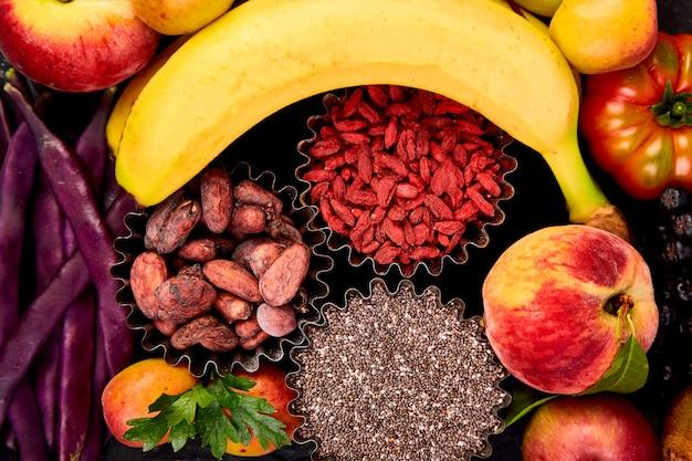 Здоровый красочный выбор блюд: фрукты, овощи, суперпродукты,