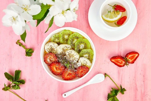 健康的な朝食ボウルスムージー