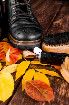 紅葉研磨装置を備えた木製の表面の防水黒ブーツ、