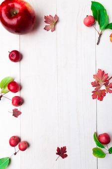 白い木製のテーブルに赤いリンゴ