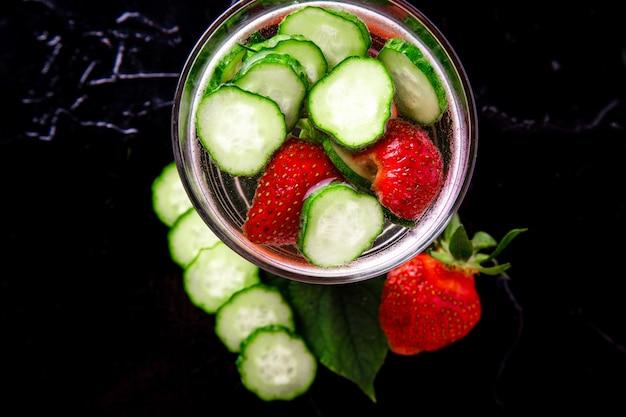 ガラスにキュウリとイチゴのデトックス水