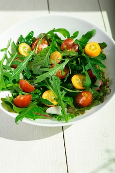 キンカンとトマトチェリーの新鮮なルッコラのサラダ