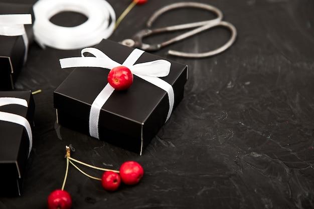 Упаковка современных подарков на рождество или день рождения