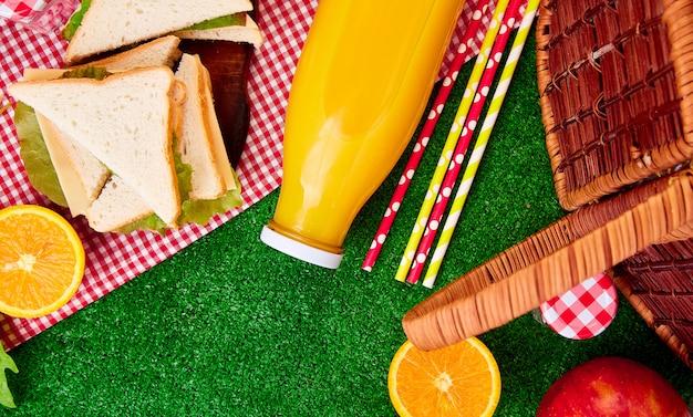 草の上でピクニック。