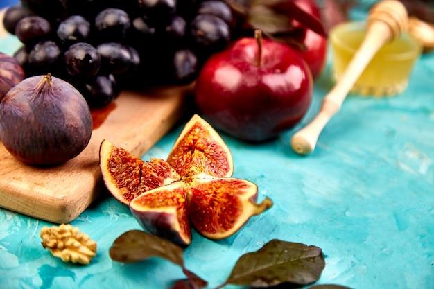 季節のフルーツグレープ、赤いリンゴ、イチジクと秋の収穫食品静物。