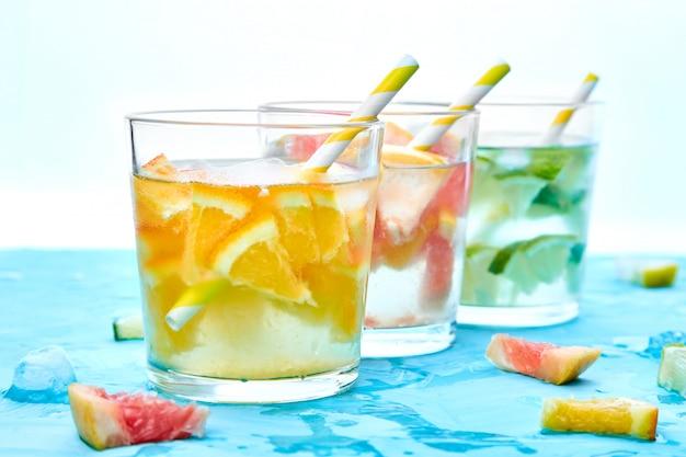 健康的なデトックス柑橘類の水またはレモネード。