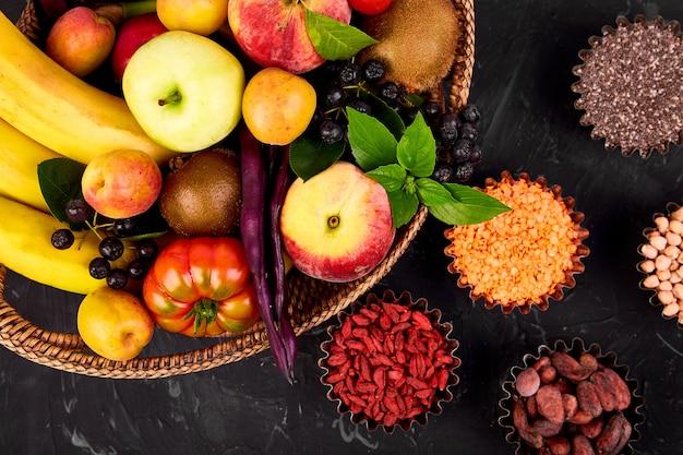 Здоровая красочная еда, выбор фруктов, овощей, суперпродуктов,
