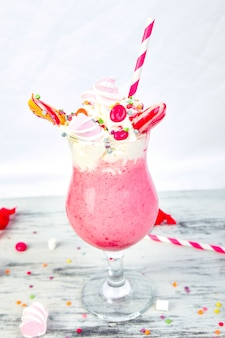 Розовый экстремальный молочный коктейль с ягодной малиной
