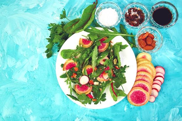 食材の周りの白いプレートのサラダ