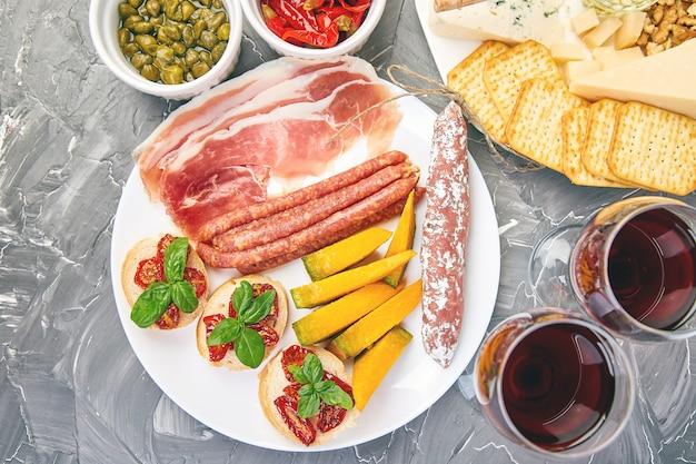 イタリアの前菜ワインスナックセット。イタリア料理。