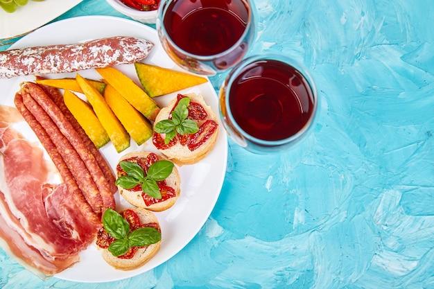 Итальянские закуски для вина.