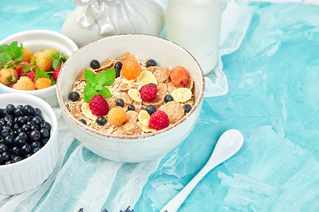 健康的なベジタリアン朝食。オートミール、ラズベリー入りグラノーラ