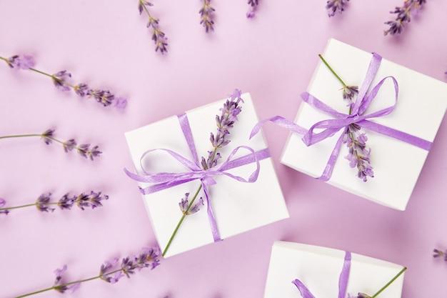 紫のリボンとラベンダーの白いギフトボックス