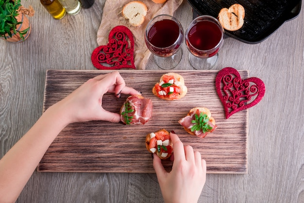 ロマンチックなディナー。愛。ブルスケッタセット
