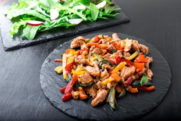 ルッコラと大根の石板のサラダに近い野菜炒め肉、