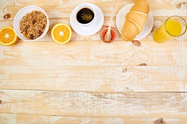 Доброе утро. континентальный завтрак на деревянном столе.