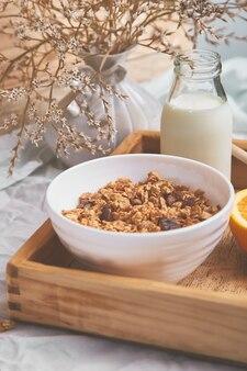 おはようございます。白いシーツで朝食します。