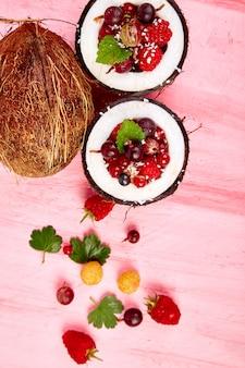 ココナッツのフルーツサラダアグルス、グーズベリー、ラスベリー